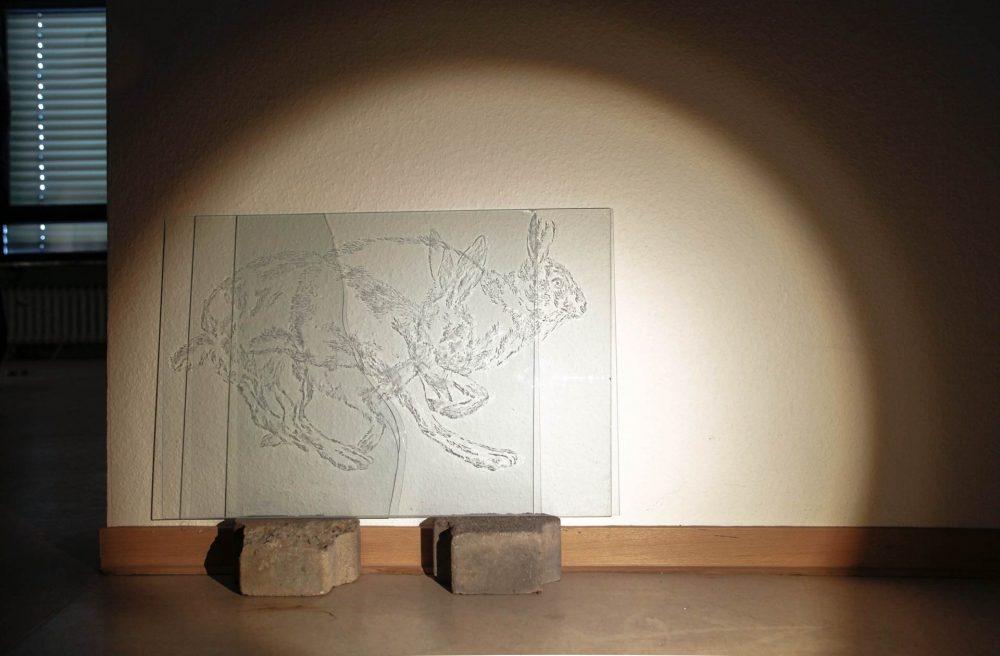Lauf!, 2015, 2 Glasgravuren, Steine, Licht